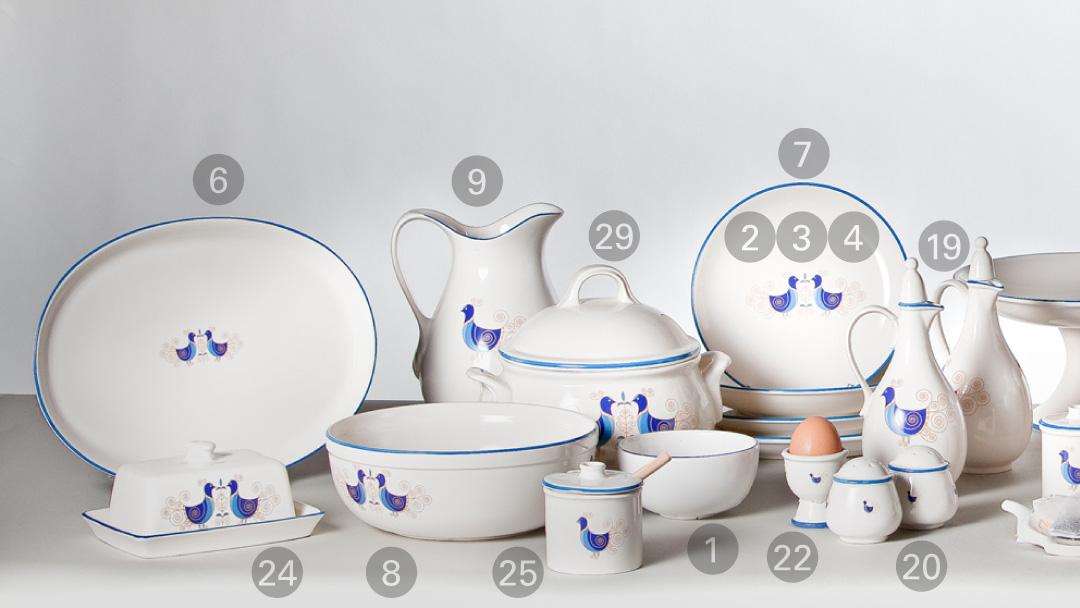 Ceramiche sarde decorate con pavoncelle e tessuti ricamati in sardegna